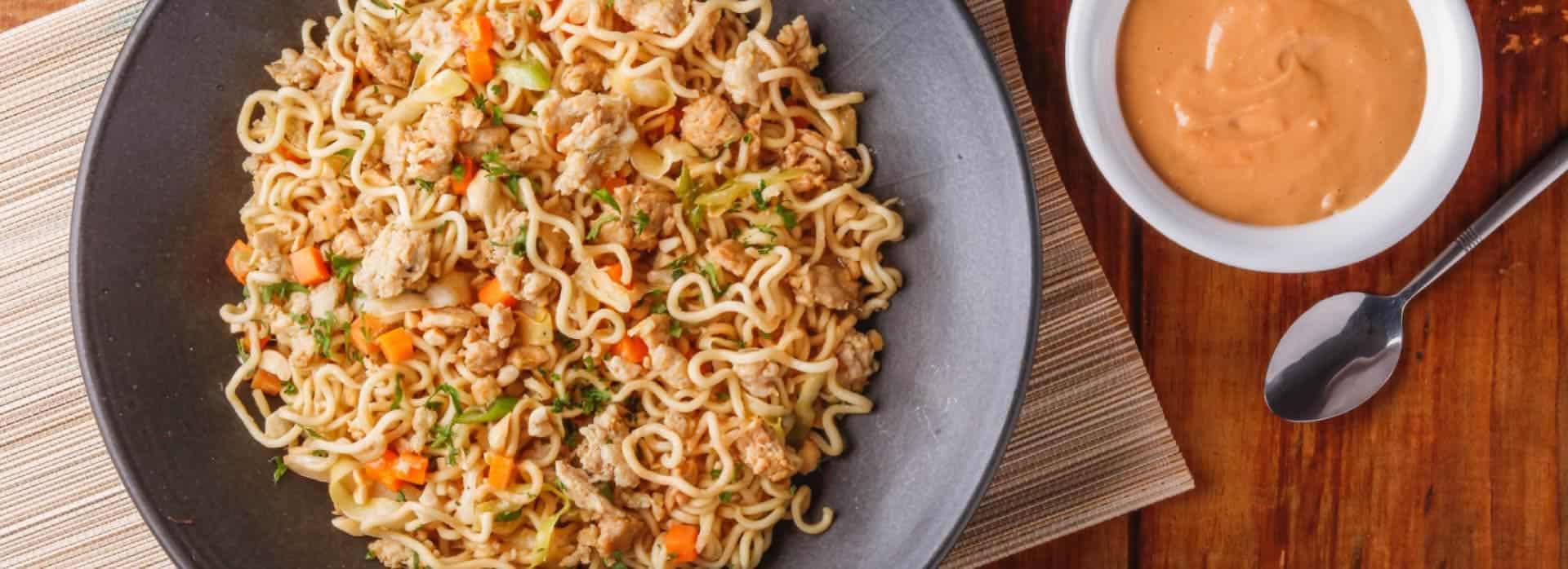 Receta Fideos con pollo en salsa de maní estilo oriental