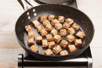 Calentar en un wok los trozos de pollo friko
