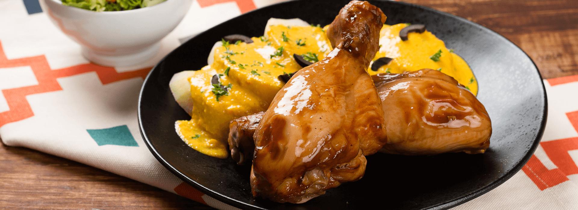 Prueba estos deliciosos muslos de pollo con papas a la huancaína